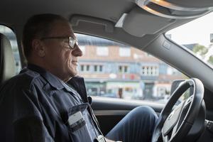 """Claes Lundström har jobbat som polis sedan 1976 och varit i Norrtälje sedan 2004. Han ser många som kör lite för fort men berättar att det finns acceptabla hastigheter även en bit över gränsen. """"Man märker när det är någon som kör farligt fort"""", säger han."""