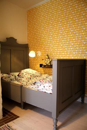 De gula tapeterna i Jacobs rum är från Midbec och heter