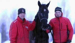 Weekend Fun hemma i Hackås. Tränaren Daniel Wikberg och skötaren Jimmy Dillner hoppas förstås att fyraåringen ska kunna ta femte raka segern, även om motståndet är stentufft.
