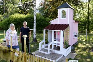 Irene och Lars-Göran Pärlbåge har på några veckor byggt ett lekslott på villatomten i Stråssa till sitt barnbarn.