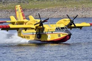 Ett av de italienska vattenbombplanen lastar vatten på Trängsletsjön.
