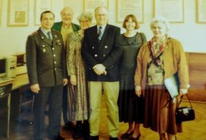 Hos polischefen i Orel. Kennet bakom polischefen och Sten Widell i mitten med Valentina till höger.