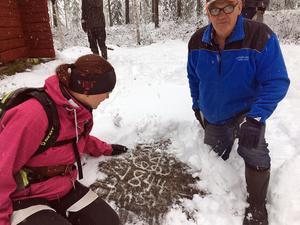 När Bosse Danielsson var på plats och jobbade hittade han den här stenen under mossan.