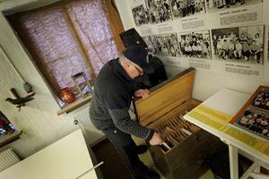 Kjell Gustafsson letar bland gamla foton på Bruksmuseet. Lördagens filmvisning anordnas i samarbete med Ingvallsbenning och Turbos hembygdsförening och de kommer visa filmer från Turbo, Norn och Vikmanshyttan.