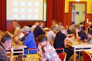 Idag söndag spelas öppna snabbschacks-DM. Längst ned till vänster i bild syns Anders Nyhlén från Edsåsdalen som lär ut schack i skolorna