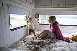 Den stora sängen på 160 centimeter är både sovplats, soffa och perfekt  utkiksplats för Ruth som älskar att kika på det som pågår utanför fönstret. I sommar kommer hon att få se många nya vyer.