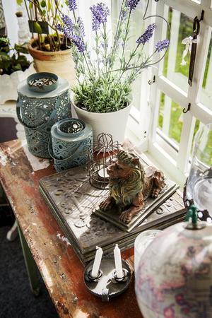 Ett nätt gammalt bord passar perfekt i uterummet.