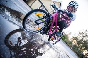 6-åriga Philippa tycker om att cykla, surfa, paddla, springa, simma och åka skidor.