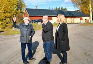 Kommunalrådet Mats Nilsson och fritidschefen Malin Lilja Altörn gillar Hans Grandins (till vänster) tankar om det blivande Skönviksbrunn.
