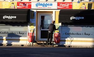 Att servicebutiken heter Gluggen har en historisk förklaring som går tillbaka till tiden då kiosken låg i ett hus på andra sidan gatan.