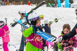 Stina Berglöf, 9 år och från Hålland och 5-åriga lillasystern Elsa Berglöf i bakgrunden hade med sig mamma Marianne Berglöf till tävlingen.