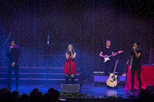 Marie Burvall, Elias och Lukas Holmsten på sång och på gitarr William Fors.