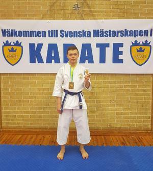 Benjamin Settergren Shen från Filipshyttan utanför Örebro som tävlar för Karlskoga Karateklubb tog SM-guld.  Bild: R-M Settergren