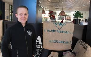 Kaj Johdet driver Hälla kafferosteri på Hälla shopping.