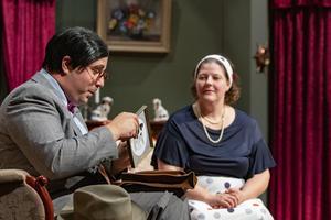 Daniel Allansson spelar amanuens i Hjälten från Dåwö. Här tillsammans med Anna Moréus som spelar godsherrens dotter. Foto: Lennye Osbeck