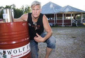 Tomas Öberg, ordförande i Wolf FM Event, kunde presentera nio band under torsdagen och fredagen i Grycksboparken. Foto: Mikael Forslund
