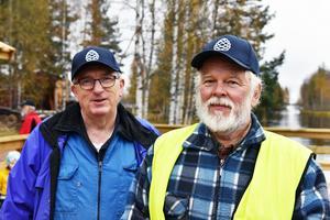 Gösta Frost och Olle Erlands på den nybyggda båtbryggan i väntan på S/S Tomten.