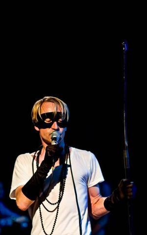 Efter att ha böjt sönder ett mikrofonstativ slängde Bob hunds sångare Thomas Öberg det över scenen. En helt normal konsert med bandet i fråga då alltså. Foto: Henrik Evertsson