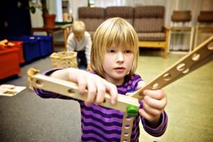 Sonja Lund, sex år får i bland ont i öronen av att vistas på fritids.