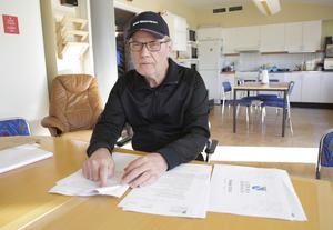 """""""Nu viker S ner sig för att bevara sämjan inom den röd-blå familjen"""", säger Roland Johansson (SD) som håller fast vid att det måste vara kommunens """"regering"""", kommunstyrelsen, som ska utse förvaltningscheferna."""