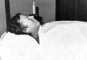 Efter sin död lades Ronnie på lit de parade i en liten paviljong i en park utanför Niguardasjukhuset i Milano. Arkivbild: TT