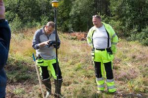 De gör kartläggningen genom att göra skanna marken runt omkring dem med en magnetometer. Peter Jeppson (Höger) är den som är ytterst ansvarig för att allt går rätt till.
