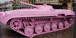 Den rosa stridsvagnen är ett verk i konstbienalen OpenArt i Örebro.
