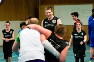 Peter Allért ser glatt på när lagkamraterna skojar inför en av träningens övningar.