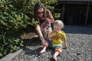 Barnen går fritt och plockar från bärbuskarna, men ibland behöver man hjälp från mamma.