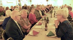Många i Pensionärernas Thedansklubb mötte upp till höstavslutning, med middag, underhållning och naturligtvis dans. Foto: Sverre Östby