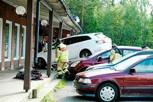 Bilden som kvinnan körde kraschade in i byggnaden där Finan och hans kompis lekte. Bild: Håkan Humla