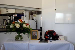 Inne på brandstationen står minnesbordet där bland annat Jan-Oves hjälm ligger.