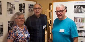 Styrelsemedlemmarna Birgitta Johansson, Lars Bodin och Krister Bergfeldt hjälps åt att organisera de knappt 10 000 bilderna som föreningen äger.