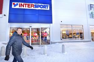 Anders Eriksson framför Intersportbutiken som hösten  2015 flyttade upp till Norrteljeporten. Strax därefter avslutade han sin 35 år långa karriär som sporthandlare för att bland annat vara med och utveckla Lommarstranden.