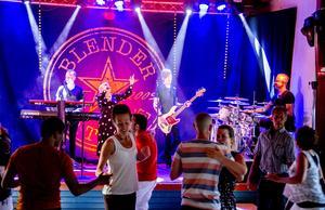 Blender var första bandet av 15 i sommarens danser på Nor i Järvsö. De tyckte att årets premiär var den varmaste hittills.