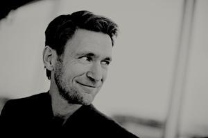 Mats har en musikalisk bakgrund och var på 1980-talet med i Örebrobandet Tagetes som låg etta på Radio Örebro-listan. Till vardags driver han en reklambyrå.