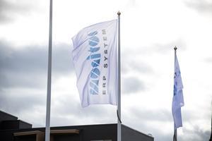 Det nya sponsorföretagets namn vajar på flagorna utanför arenan.