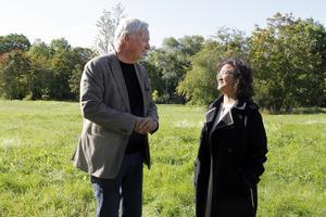 Arkitekten Stefan Werner och fastighetsmäklaren Maria Hellström i kvarteret Alen i samband med att planerna presenterades tidigare i höstas.