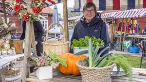Marja-Liisa Bergill hade fullt upp då många ville köpa grönsaker av henne.