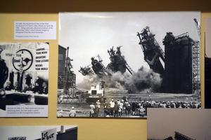 Fotografiet som visar när de fyra masugnarna på U.S. Steels Ohio Works sprängdes den 28 april 1982 finns på Mahoning Historical Society.