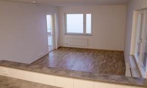 Exempel på en öppen planlösning mellan kök och vardagsrum.