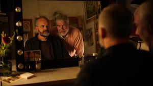 Juha (Johan Rheborg) träffar den gamle mobbaren Stefan (Jakob Eklund) i logen efter en föreställning i