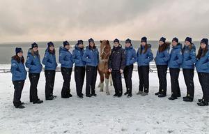 Isabell med sin klass och islandshästen Ivan, en av skolans hästar.