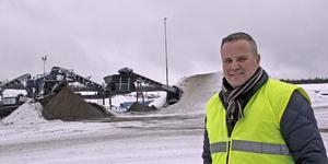 Hala vintrar som den här levereras mycket grus till halkbekämpning, konstaterar Anders Caris, verksamhetsansvarig vid Kungsörs Grus AB.
