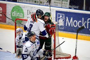 Henrik Eriksson kramar om LIF-backen Alen Bibic efter mål på Leksand, i Tegera Arena.