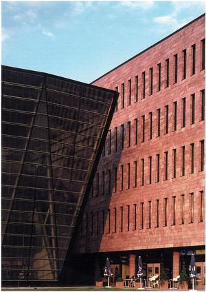 Landskapsbiblioteket i Dortmund vilar i en fasad från Mångsbodarna. Byggnaden är ritad av Mario Botta. Foto: Wasasten