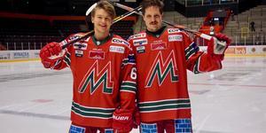 Mattias Norlinder och Patrik Karlkvist poserar i den retrotröja som Modo Hockey ska uppträda i sju gånger den här säsongen. Bild: Modo Hockey