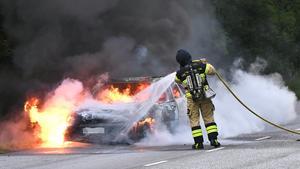 En brand i en elbil innebär dubbla faror för  bilisten. Både brand- och frätskador, skriver Bror Larsson.