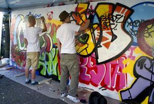 Gatans konst. Två graffitimålare under gatukonstkonventet Art of the Streets i Stockholm förra helgen. Den 24 september kommer konventet till Västerås. foto: scanpix