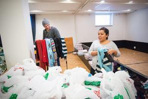 Daniel Larsson och Maribel Schöld förbereder sig för att kyrkans besökare ska komma för att hämta sina matkassar. I dag ska de även få en julklapp med sig hem.
